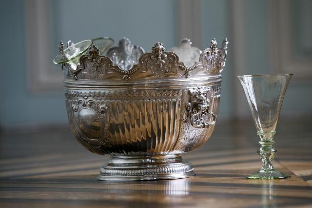 Wijnglas koeler uit 1700. Het bovenste gedeelte kon eraf gehaald worden zodat het onderste als punchkom kon dienen.